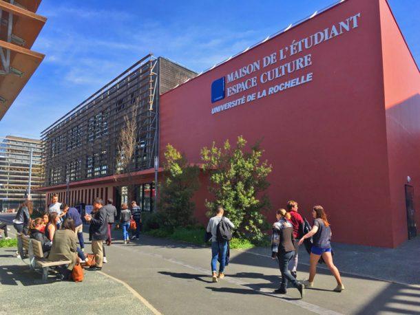 Students walking on campus of La Rochelle
