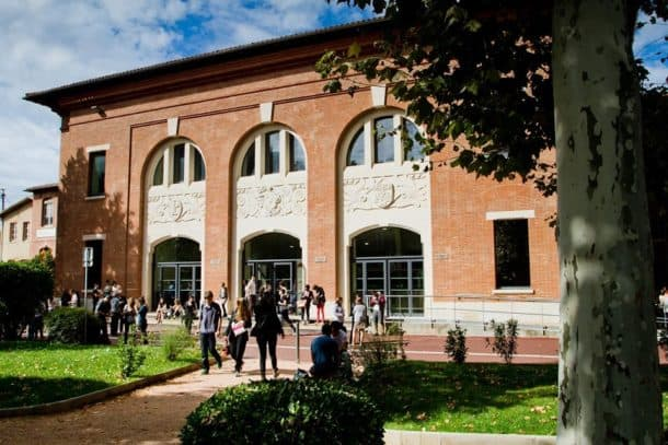 Students exiting Toulouse School of Management