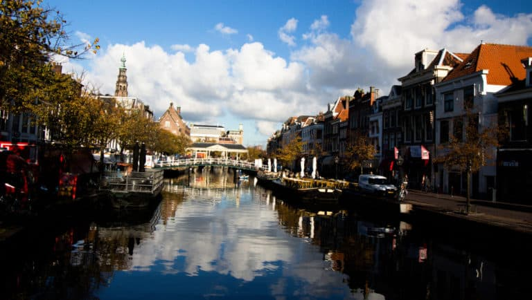 leiden river runing through the city